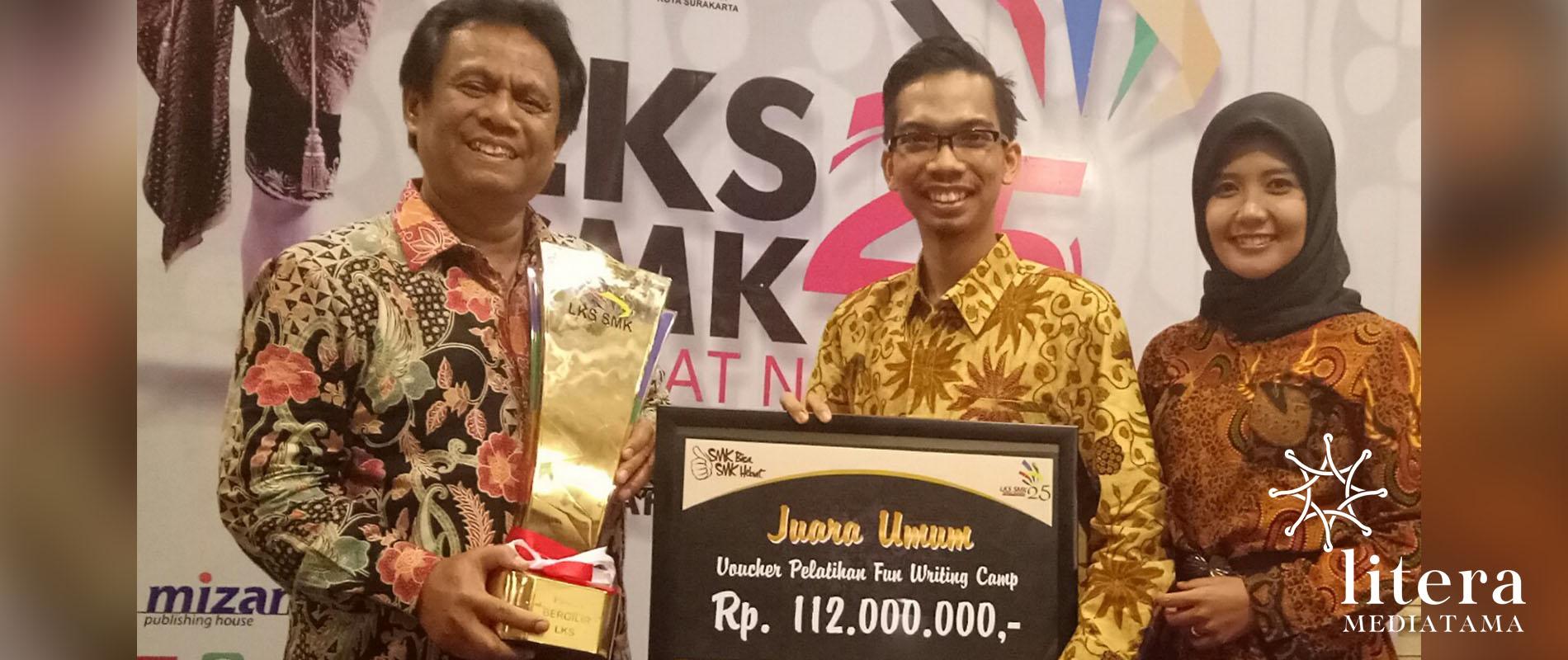 Penerbit Litera memberikan Hadiah kepada Juara Umum LKS Nasional di Solo. Diwakili Kepala Dinas Pendidikan Provinsi Jawa Tengah